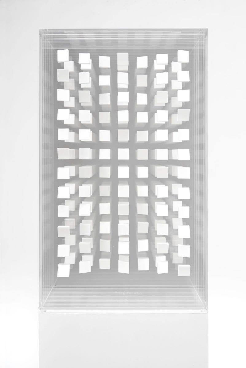 11 Klaus Staudt, Haus für Domenikus, 49,6 x 29,5 x 28cm, Polystyrol, Lack, Plexiglas; Foto: Norbert Miguletz