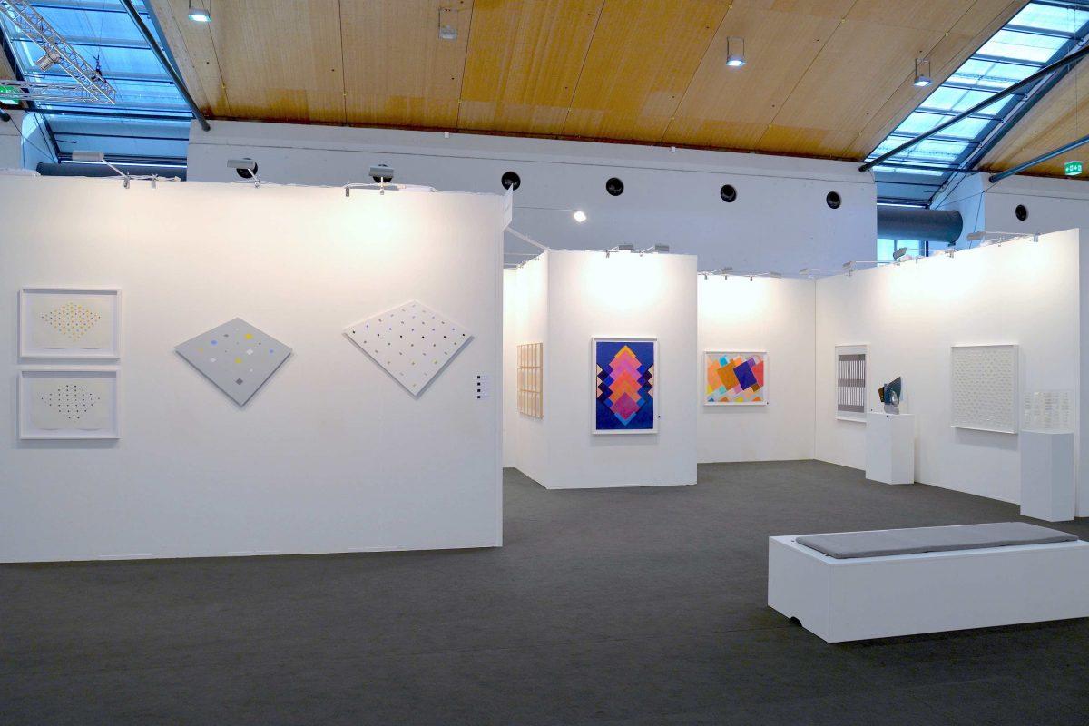 Die Galerie Geiger auf der art Karlsruhe 2019 - Standimpression mit Werken von Hans Jörg Glattfelder, herman de vries, Heinz Mack und Klaus Staudt