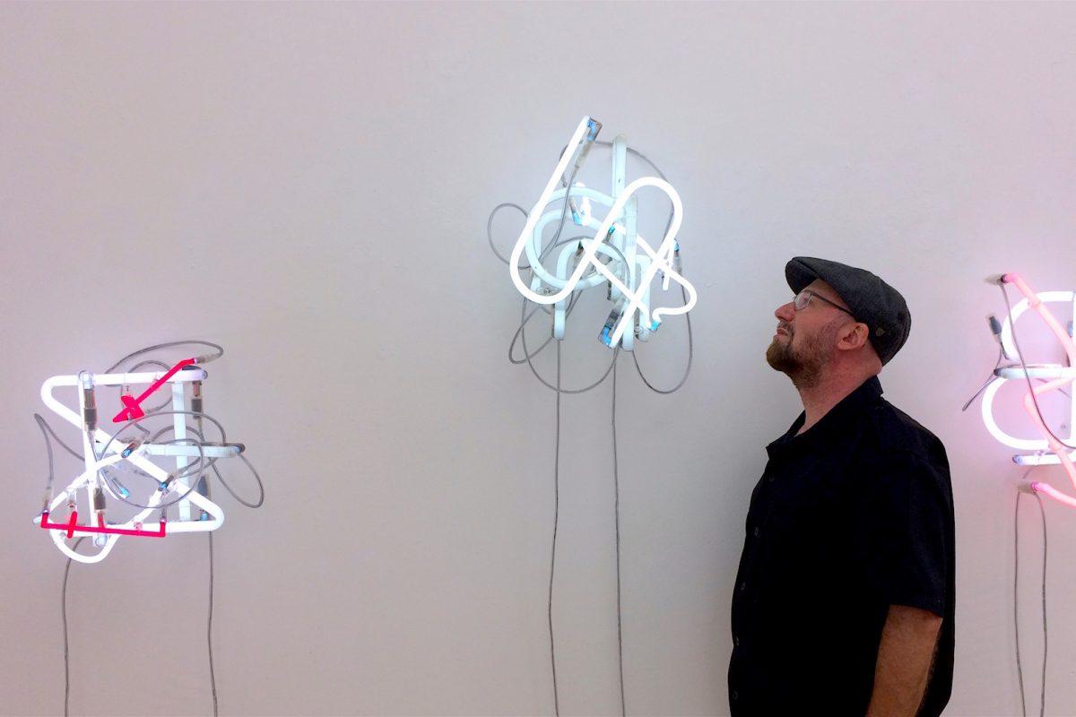Boris Petrovsky beim Ausstellungsaufbau in der Galerie Geiger