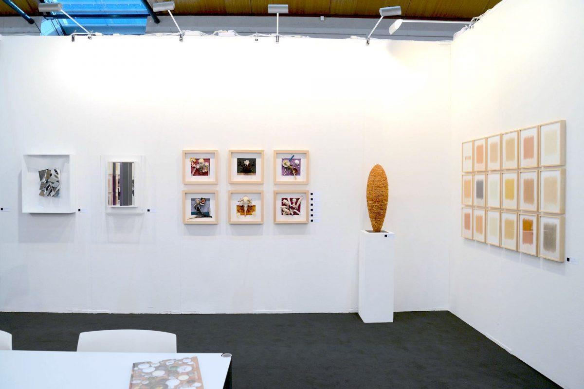Die Galerie Geiger auf der art Karlsruhe 2019 - Standimpression mit Werken von Christian Megert, Daniel Spoerri, Reiner Seliger und herman de vries