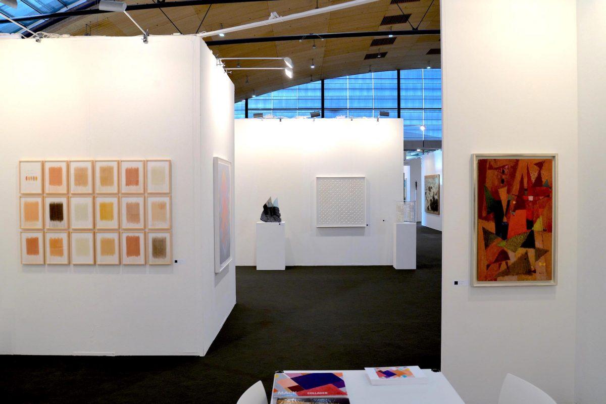 Die Galerie Geiger auf der art Karlsruhe 2019 - Standimpression mit Werken von herman de vries, Heinz Mack, Klaus Staudt und Richard Neuz