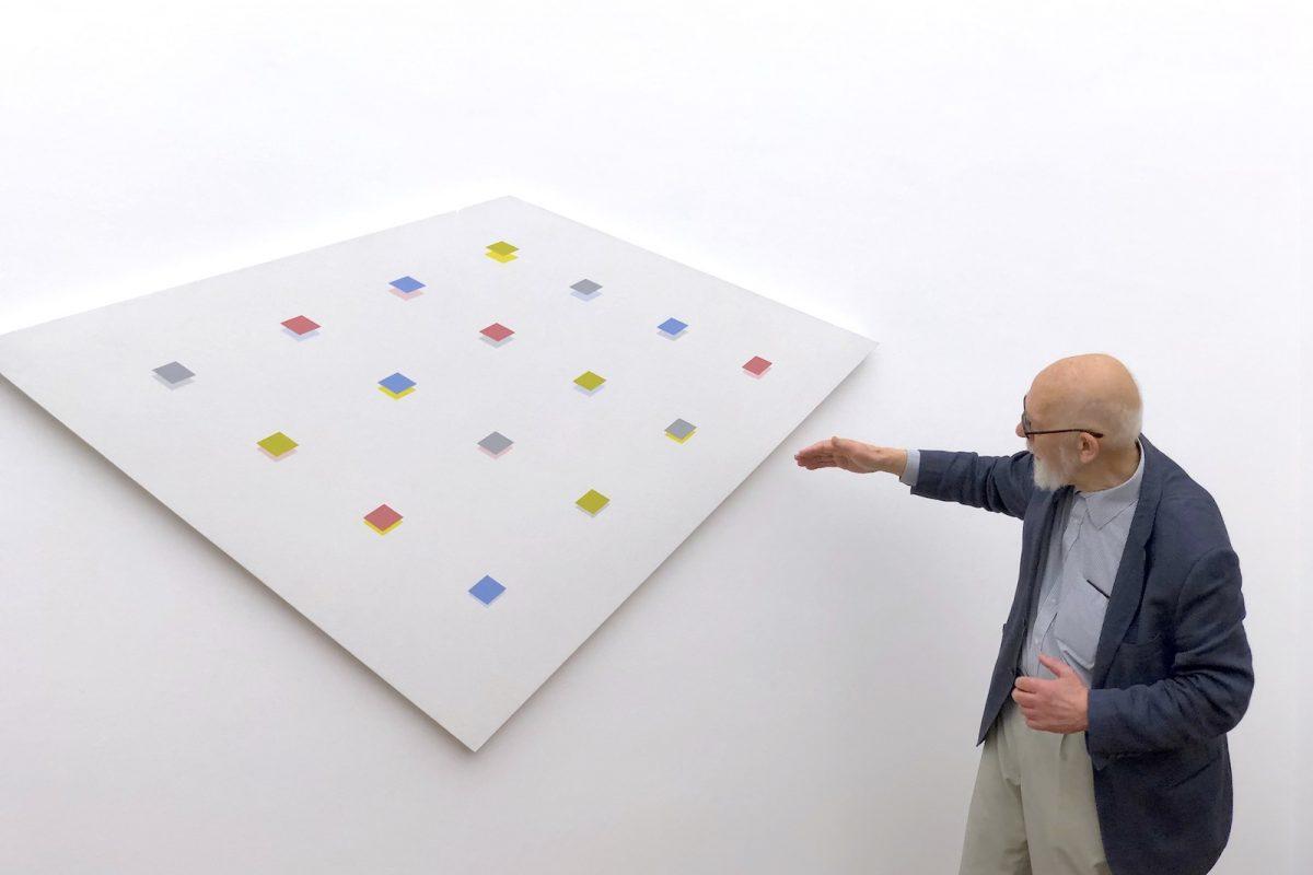 """Hans Jörg Glattfelder erläutert ein Werk in der Ausstellung """"Hans Jörg Glattfelder - Vom Besonderen zum Allgemeinen"""", Museum Ritter, Waldenbuch, Foto: Stephan Geiger"""