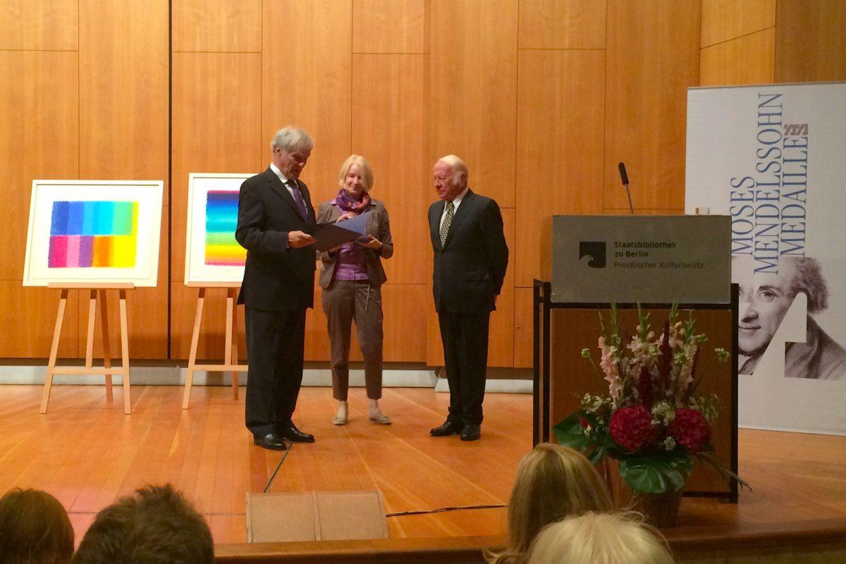 Prof. Dr. Julius Schoeps, Vorstandsvorsitzender der Moses Mendelssohn-Stiftung, übergibt die Moses Mendelssohn-Medaille an Heinz Mack.