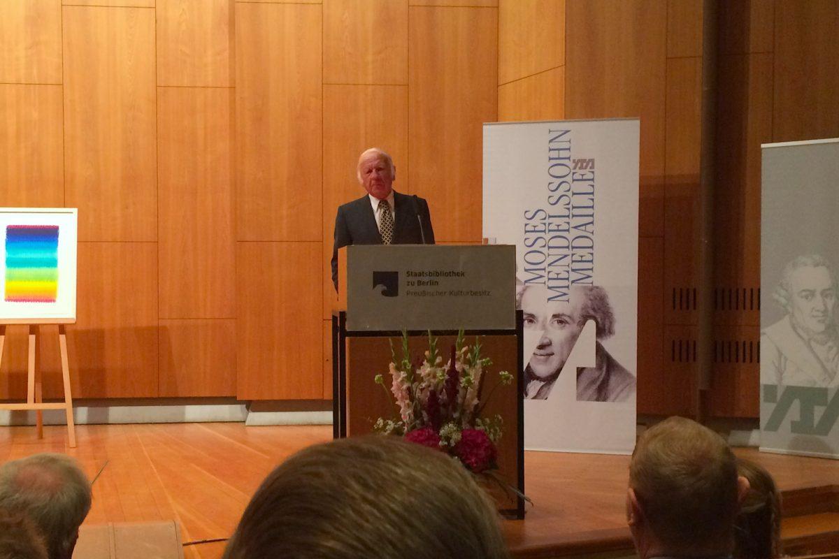 Heinz Mack bei seiner Dankesrede in der Staatsbibliothek zu Berlin.
