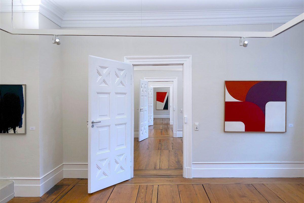 """Blick in die Ausstellung """"Günther C. Kirchberger - eine Schlüsselfigur der Stuttgarter Avantgarde"""" (im Vordergrund Werke aus den 1960er Jahren)"""