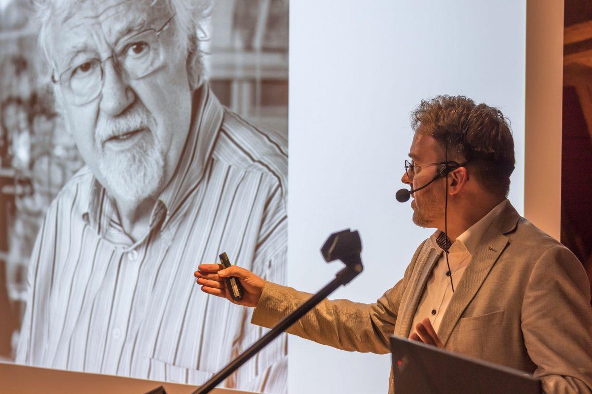 Dr. Stephan Geiger bei der Einführung in das Werk von Günther C. Kirchberger (Foto: Schloss-Filseck-Stiftung)