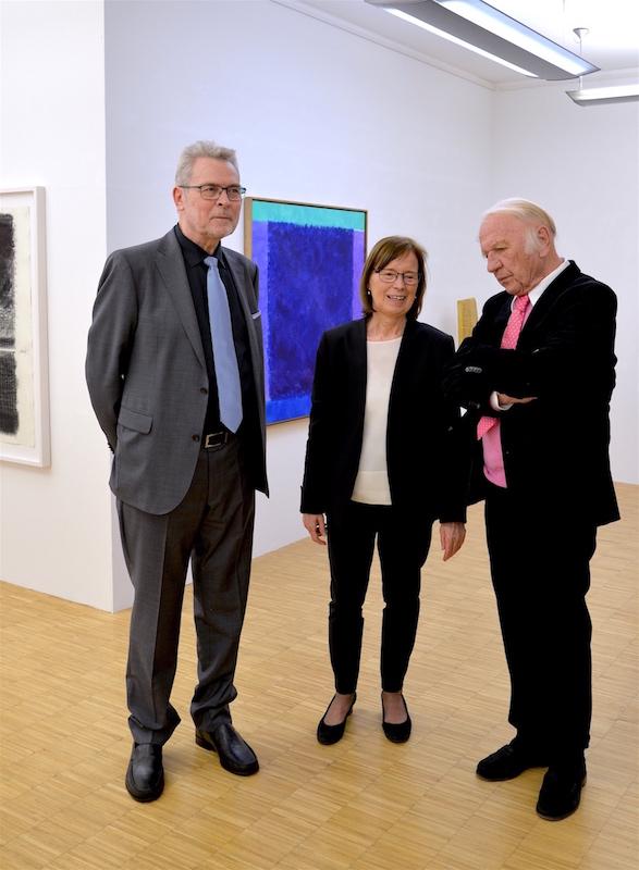 Roland und Ingrid Geiger mit Heinz Mack 2017 in der Galerie Geiger in Konstanz.