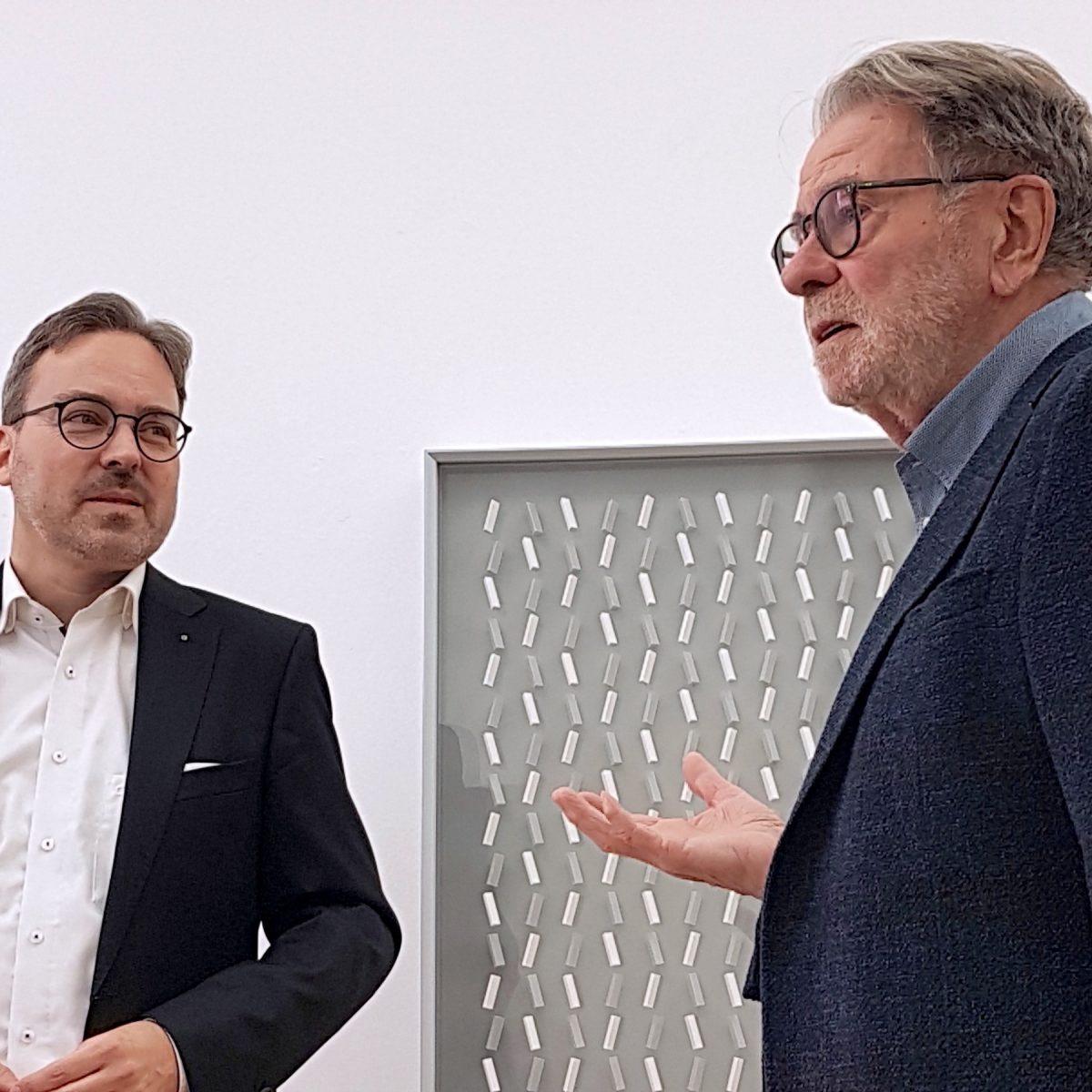 Stephan Geiger mit Klaus Staudt bei der Vernissage am 8. März 2020 in Konstanz (Foto: Helga König)