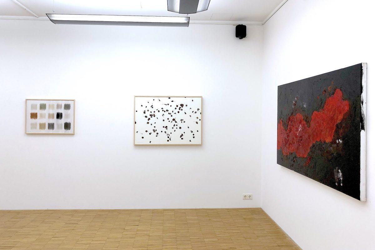 """Installationsansicht """"ZEITLOS GUT!"""" mit Werken von herman de vries und Armando; Foto: Galerie Geiger"""