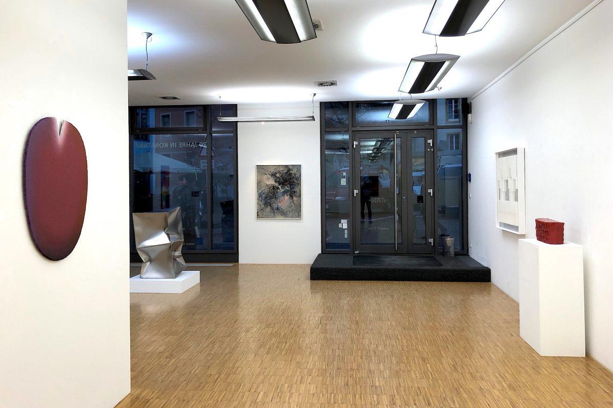 """Installationsansicht """"ZEITLOS GUT!"""" mit Werken von Raimer Jochims, Ewerdt Hilgemann, G. C. Kirchberger, Klaus Staudt und Heinz Mack; Foto: Galerie Geiger"""