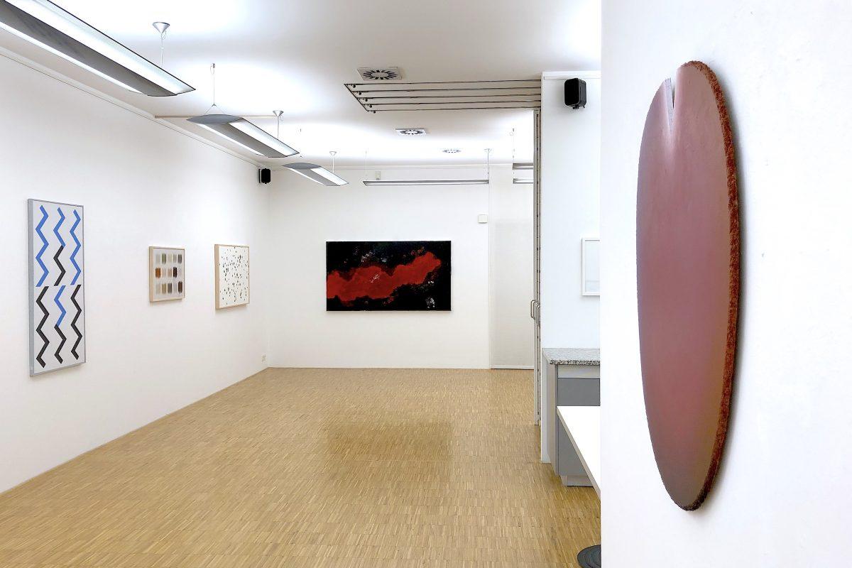 """Installationsansicht """"ZEITLOS GUT!"""" mit Werken von Hans Jörg Glattfelder, herman de vries, Armando und Raimer Jochims; Foto: Galerie Geiger"""