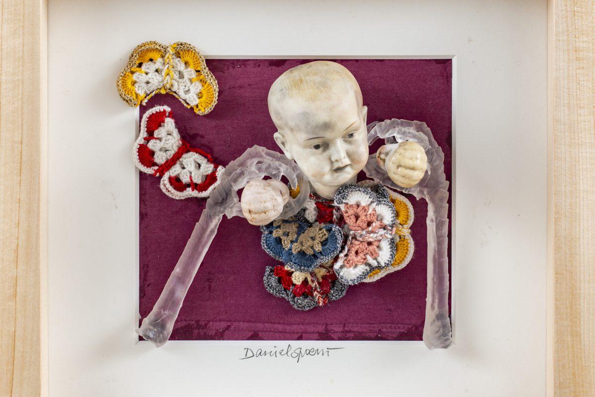 Daniel Spoerri, Puppenkästchen, 2018, Assemblage, 34,5 x 37 cm, Foto: Rita Newman